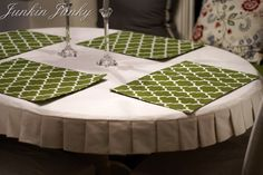 How to make a pleated table cloth. a pretty tablecloth without having it sitting in your lap when you're sitting at the table. Mantel Redondo, Oval Tablecloth, Tablecloth Ideas, Ruffled Tablecloth, Fitted Tablecloths, Table Covers, Upcycled Furniture, Table Linens, Slipcovers