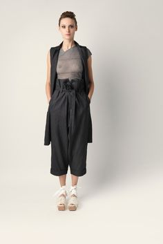 High-waist linen Malloni and cotton trousers. Wide straight leg with turn-ups. Low crotch and fabric belt.