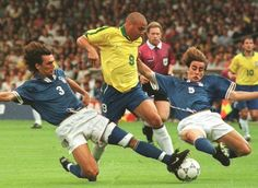 L'immagine probabilmente più rappresentativa del Calcio Anni90: @Ronaldo tra @paolomaldini3 e @fabiocannavaro