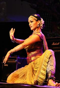 Rukmini Vijayakumar, India Dance India Dance, Folk Dance, Dance Art, Indian Classical Dance, Dance Paintings, Martial Arts Women, India Art, India People, Dance Poses