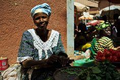 Entrando nel sistema di microcredito questa donna ha avuto modo di aprire una piccola attività di commercio che le ha permesso di vendere i propri prodotti agricoli e acquisire autonomia finanziaria.