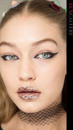 Per avere un effetto bling bling, i glitter sono per definizione un prodotto multiuso e si prestano a essere utilizzati in mille modi differenti per creare dei make-up sempre diversi e super brillanti.. Septum Ring, Up, Eyeliner, Beauty, Eye Liner, Beauty Illustration, Eyeliner Pencil