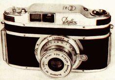 A legendás hírű Duflex /   Dulovits Jenő talán legjelentősebb találmánya az első szemmagasságból fényképező, tükörreflexes, kisfilmes, pentaprizmás, beugrórekeszes objektívvel működő fényképezőgép, a DUFLEX (DUlovits reFLEX).