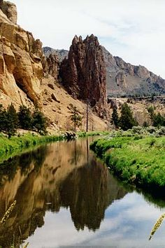 The Crooked River flows through Smith Rock State Park. photo by Gary Halvorson, Oregon State Archives