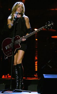 ♣♥Sheryl Crow♥♣Sheryl Suzanne Crow February 1962 years) ¡sex kisses beers beat rock and roll! Female Guitarist, Female Singers, Rock And Roll, Jules Supervielle, Sheryl Crow, Divas, Women Of Rock, Guitar Girl, Victor Hugo
