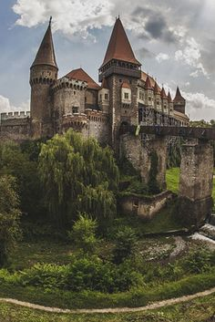 Best time for Corvin Castle (Castelul Corvinilor) in Romania 2020 & Map - Best Image Portal Beautiful Castles, Beautiful Places, Beautiful Pictures, Places Around The World, Around The Worlds, Transylvania Romania, Transylvania Castle, Places To Travel, Places To Visit