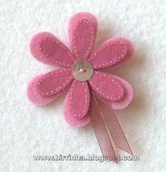 Materiais: Feltro em 2 tons de rosa, aplicação de botão de madrepérola e fita de organza em rosa velho.