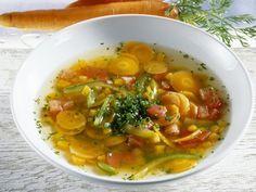 klare Karotten-Kürbis-Suppe mit Paprika
