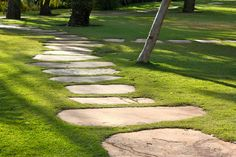 36 Garden Paving Designs to Make the Best out of Your Outdoor Space Backyard Walkway, Garden Pavers, Flagstone Path, Paver Walkway, Garden Stepping Stones, Garden Steps, Backyard Landscaping, Walkway Ideas, Sandstone Pavers