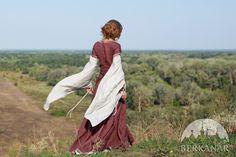 """Средневековое платье """"Лучница"""". Доступные материалы и цвета: желтый лен, коричневый лен, лен бургунд, оранжевый лен, зеленый лен, синий лен, винный красный лен, темно-синий лен, фиолетовый лен :: Студия средневекового дизайна «Берканар»"""