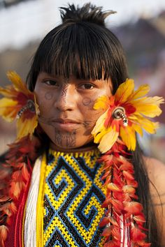 Tribes Of The World, People Around The World, American Spirit, Native American Fashion, Botanical Fashion, Arte Tribal, Indigenous Tribes, Feather Jewelry, Crafts To Do