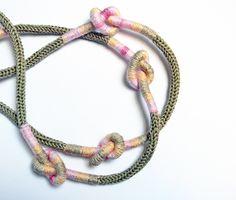 Collana in cotone con nodi. Beige lino, rosa, sabbia, giallo chiaro..