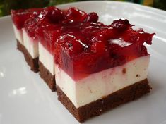 Prepare this refreshing berry cheesecake a day before the party. It is an easy dessert that melts in your mouth! Chocolate Cheesecake Recipes, Berry Cheesecake, Flowerless Chocolate Cake, Easy Desserts, Dessert Recipes, Dessert Dishes, Jelly Recipes, Dessert Ideas, Yummy Recipes