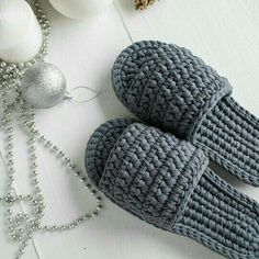 This Pin was discovered by GEO Crochet Boots, Crochet Slippers, Crochet Clothes, Spa Slippers, Crochet Stars, Love Crochet, Knit Crochet, Crochet Stitches, Crochet Patterns