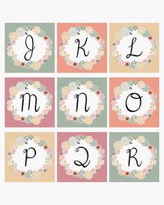 Alfabeto retro en etiquetas florales.