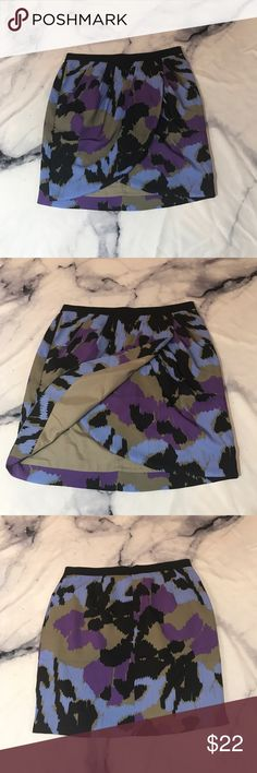 """Banana Republic Dark Watercolor Tulip Style Skirt In excellent Condition. Lightweight. Size 6, true to size. Waist: 13"""" length: 17"""" 🖤THANK YOU for supporting the dream of business ownership of 2 BFFs! 🖤DON'T PASS THIS UP! Make us an offer! 🖤We ship daily M-Sat, so youll get it on time! 🖤no price discussion in comments please🖤 use offer button 🖤reasonable offers accepted 🖤low offers countered🖤offers below 50% of asking price are auto declined🖤 Banana Republic Skirts Mini"""