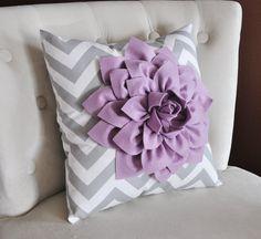 Dahlia lila en gris y blanco zig-zag almohada  Chevron por bedbuggs