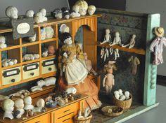 Alte Puppenstube um 1900, Puppendoktor, mit sehr schöner alter Tapete an den