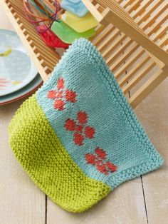 Free Pattern - Wash up in style with this pretty floral dishcloth. #dishcloth #flowers #knit