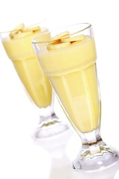Photo about Banana mousse dessert, topped with slices of fresh bananas. Image of yummy, custard, product - 4027868 Healthy Foods To Eat, Healthy Smoothies, Easy Healthy Recipes, Healthy Cooking, Cooking Recipes, Healthy Drinks, Healthy Eating, Frozen Desserts, Just Desserts