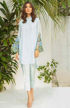 Kurta Designs Women, Kurti Neck Designs, Kurti Designs Party Wear, Stylish Dress Designs, Stylish Dresses For Girls, Stylish Dress Book, Pakistani Fashion Casual, Pakistani Dress Design, Pakistani Outfits