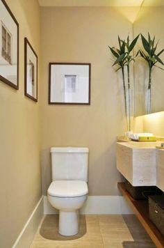 Débora Aguiar é a autora deste lavabo que tem fotos de janelas antigas. A bancada esculpida e o piso são de mármore travertino romano. Para ampliar o ambiente de 1,63 m², foi usado um espelho na horizontal, com iluminação indireta
