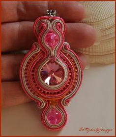 Pink naranccsal - sujtás medál swarovskival Soutache Jewelry, Diy Jewelry, Jewellery, Pendant Necklace, Pink, Fashion, Necklaces, Schmuck, Wire