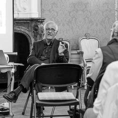 Nog 5 dagen voor @amstartfair van Wim van Krimpen, hier gepassioneerd vertellend over @gemeentemuseum en @kunsthal @Esther_vandeWallen