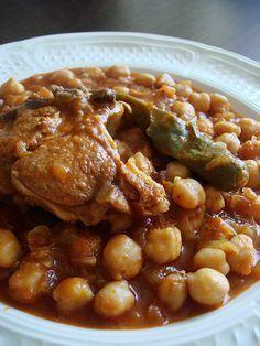Ingrédients : 800 g de viande de mouton 1 verre de pois chiches (faites tremper dans l'eau pour 12 heures au moins puis lavez et égouttez) 6 oignons 100 g d'huile d'olive 3 gousses d'ail 2 cuillères de concentré de tomates ½ cuillère d'Harissa 2 piments verts Sel et piment fin à la volonté Préparation : Coupez …