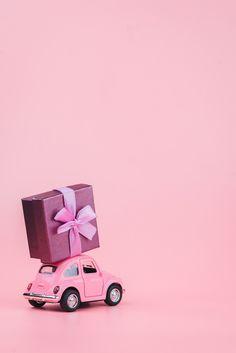 Coche de juguete retro rosa ofrece una c... | Premium Photo #Freepik #photo #negocios #coche #corazon #regalo Flower Background Wallpaper, Flower Phone Wallpaper, Flower Backgrounds, Pink Wallpaper, Wallpaper Backgrounds, Iphone Wallpaper, Mary Kay, Birthday Wishes, Happy Birthday