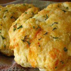 Red Lobster Cheddar Bay Biscuits-Top Secret Version - has cold butter cut into the Bisquick, I used my food processor to cut it in. They were the best Red Lobster biscuits I've ever made. Biscuits Au Cheddar, Red Lobster Cheddar Bay Biscuits Recipe, Cheese Biscuits, Cheddar Cheese, Red Lobster Clam Chowder Recipe, Canned Biscuits, Bisquick Recipes Biscuits, Lobster Dip, Fluffy Biscuits