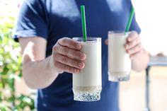 Capuchino frio solo o con baileys® Breakfast Dessert, Cocktails, Drinks, Food Humor, Baileys, Frappe, Healthy Cooking, Bartender, Glass Of Milk