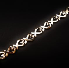 """à vendre : 2200€ Bracelet Tiffany & Co """"Loving Heart"""" Or Jaune 18k. Composé de motifs articulés en """"coeurs"""" stylisés  Design de Paloma Picasso  poids : 35.20 gr  longueur : 18.7 cm  largeur de la maille : 1 cm  fermoir cliquet integré dans la maille avec 8 de sécueité  Ecrin et surboite d'origine"""