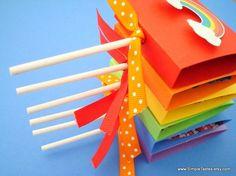 Pour que les invités de votre mariage retombent en enfance, offrez leur des sucettes aux couleurs de l'arc-en-ciel
