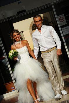 Robe de mariée en mouchoirs de tulle courte devant et longue à l'arrière, buste en satin et applications de dentelle; commandée chez Mariage en Rose.