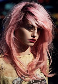 Dye your hair simple & easy to ombre Electric hair color - temporarily use ombre pink hair dye to achieve brilliant results! DIY your hair ombre with hair chalk Spring Hairstyles, Pretty Hairstyles, Directions Hair Dye, Pastel Pink Hair, Pale Pink, Coral Hair, Violet Hair, Burgundy Hair, Beauty Tricks