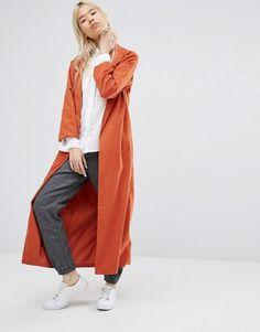 weißes Hemdblusenkleid, grauer rollistrick, orange weste, weiße turnschuhe