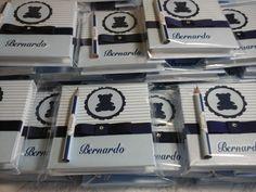 Bloquinhos e lápis personalizados para lembrancinha para maternidade produzidos por Mônica Guedes