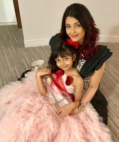 Aishwarya in Abu Jani Sandeep Khosla in black gown at WIFT awards in USA with her daughter and mom she was seen in beautiful black and gold gown with cleavage Actress Aishwarya Rai, Aishwarya Rai Bachchan, Amitabh Bachchan, Bollywood Stars, Aaradhya Bachchan, Star Wars, Beautiful Bollywood Actress, Beautiful Hijab, Dress Makeup