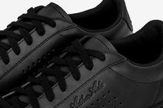 Complètement noire monochrome, la Arthur Ashe de le Coq Sportif vous ferait bien quitter vos éternelles sneakers blanches... #cartonmagazine