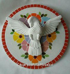 Divino em mosaico com azulejos, pastilhas e gemas de vidro. 40cm