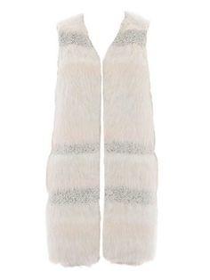 burda style, Schnittmuster - Die verschlusslose und gefütterte Longweste aus Fellimitat mit Effektstreifen ist oben schmal geschnitten, die Seitennähte mit den Schubtaschen sind leicht vorverlegt. Nr. 106 aus 12/2015