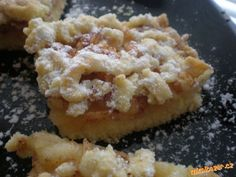 strouhaná buchta s jablky-výborná a rychlá  450g pol. mouka 200g hera 1 prdopeč 200g mouč. cukr 4 žloutky  POSTUP PŘÍPRAVY  těsto zaděláme na válu, 1/3 těsta uložíme do lednice. Zbylé těsto namačkáme na plech s vyším okrajem, poklademe strohanými jablky-4 vetší, posypeme cukrem a skořicí a navrch nastrouháme zbylé těsto které ztuhlo v lednici, pečeme do růžova cca 30min.