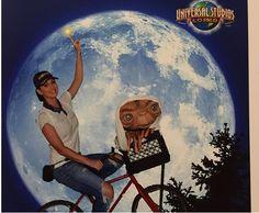 Katy Perry posa junto a E.T.
