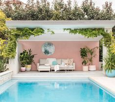 If you are a happy owner of a pool, build a deck or a pool cabana to spend time even better by the pool. What's the advantage of a cabana or pergola? Backyard Pool Designs, Small Backyard Pools, Swimming Pools Backyard, Swimming Pool Designs, Pool Landscaping, Outdoor Pool, Outdoor Spaces, Outdoor Living, Pergola Patio