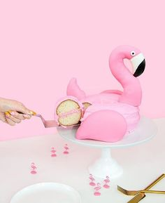 I don't know about you but this is probably the most spectacular cake I have ever seen! @aww.sam is the genius behind this flamingo pool float cake and I can't get enough 💖💯🙌🏻
