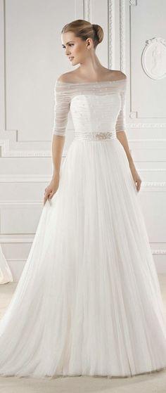 Spójż jakie inspirujące i powabne mogą być ślubne suknie z długimi rękawami. Takie suknie potrafią dodać pannie młodej powabu, elegancji, a ślubnej kreacji nowoczesnego, modnego smaczku. Ten typ sukni może być prosty - rustykalny, vintage lub seksowny i wykwintny - w stylu glomour, wszystko zależy od Twoich preferencji. Długie, koronkowe rękawy, haftowany gorset i tylne wycięcia sprawiają że te suknie są wspaniałe i romantyczne. Często zapierają dech w piersiach ... nie tylko Pana Młodego...