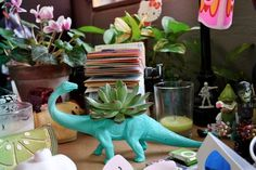 Using plastic animals as planters! Dinosaur Plant, Dinosaur Toys, Dinosaurs, Decoracion Low Cost, Diy And Crafts, Arts And Crafts, Pot Plante, Plastic Animals, Do It Yourself Home