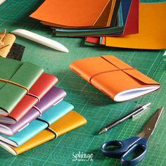 Colorful handmade notebooks with elastic closure / Coloridos cuadernos hechos a mano con cierre elástico