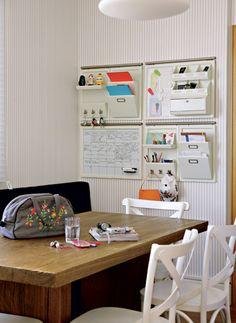 Organizador de parede para escritório. Com ele, sobra espaço na mesa de trabalho. Tem porta-treco, porta-papel em três níveis, quadro de avisos e outros espaços.